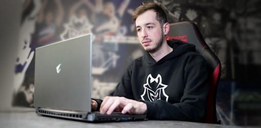 KennyS, one of the best AWPers in the game, practicing with the AORUS 15G